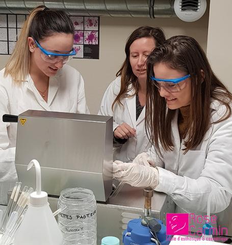 Les étudiantes de Montpellier s'essaient à la fabrication d'une émulsion en laboratoire.